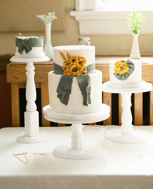 Wedding cake tables: AMB Photo / TheKnot.com
