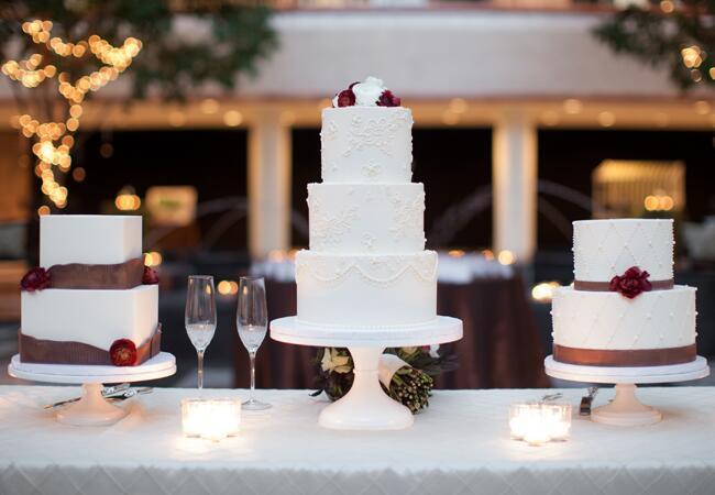 Wedding cake tables: Rachel Fesko Photography / TheKnot.com