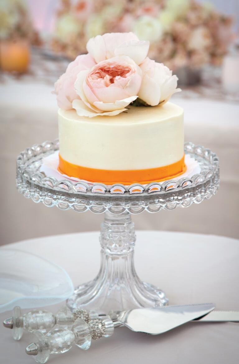 Single tier wedding cake with pink flower