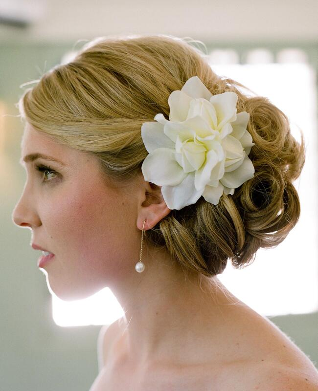 Bridal Hairstyle Tips For Your Wedding Day: 7 Ways To Wear Fresh Flowers In Your Wedding Day Hair