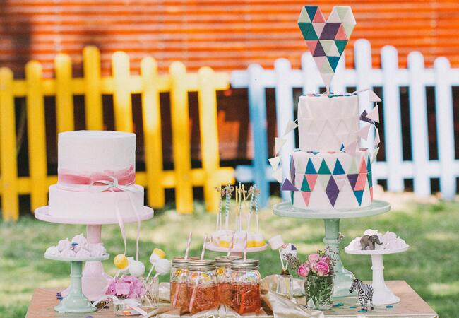 Wedding cake tables: Nancy Ebert Photography / TheKnot.com