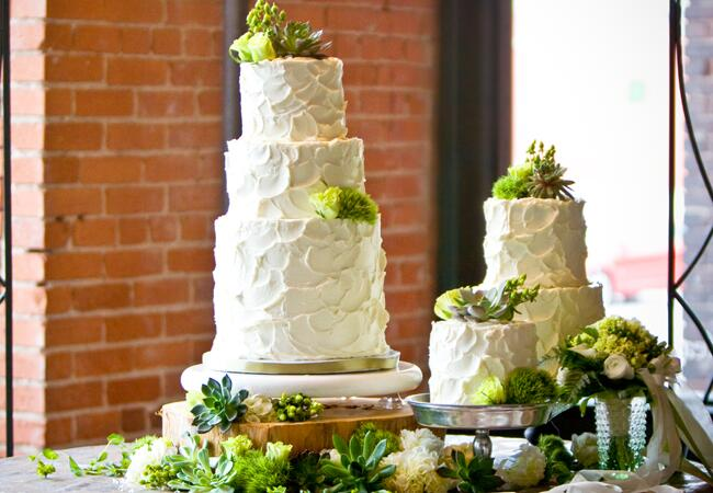 Wedding cake tables: Allison Wonderland Photographie / TheKnot.com