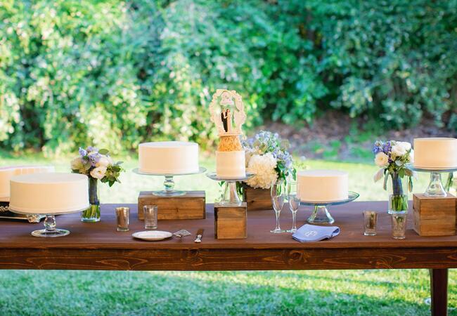 Wedding cake tables: Jesse Leake Photography / TheKnot.com