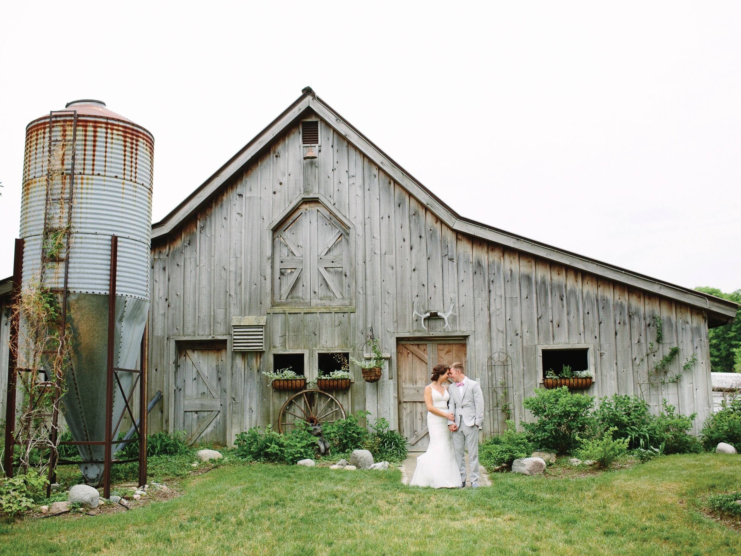 What are some tips for renting a rustic barn as a wedding venue?
