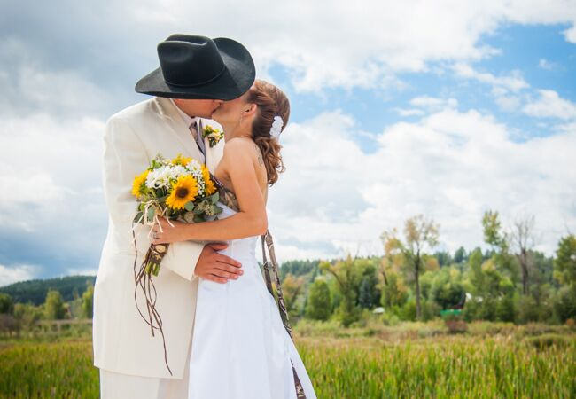 Colorado Bride Tayler Turned Her Love For All Things Country Into A Camo Chic Wedding Yes You Read That Right With Details Like Bouquet Of Yellow