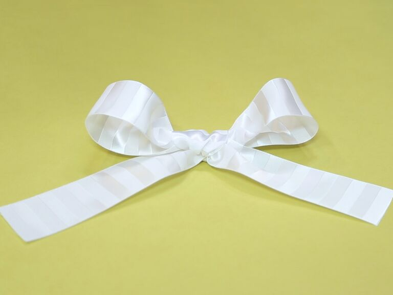 how to make a simple bow out of ribbon