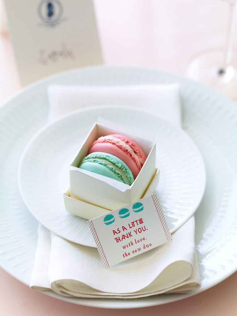 Cute wedding favor idea with macarons