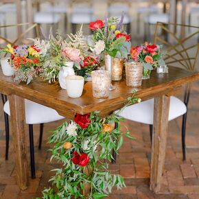 High Quality Garland Accented Sweetheart Table
