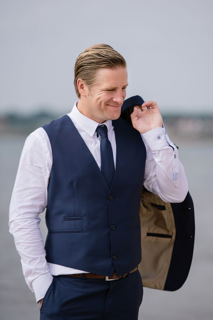 Fredrik wore a dark blue suit from J. Lindberg.