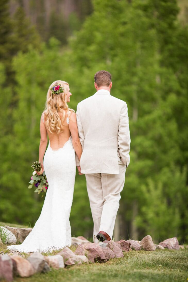 A casual rustic wedding at beano 39 s cabin in avon colorado for Casual mountain wedding dresses