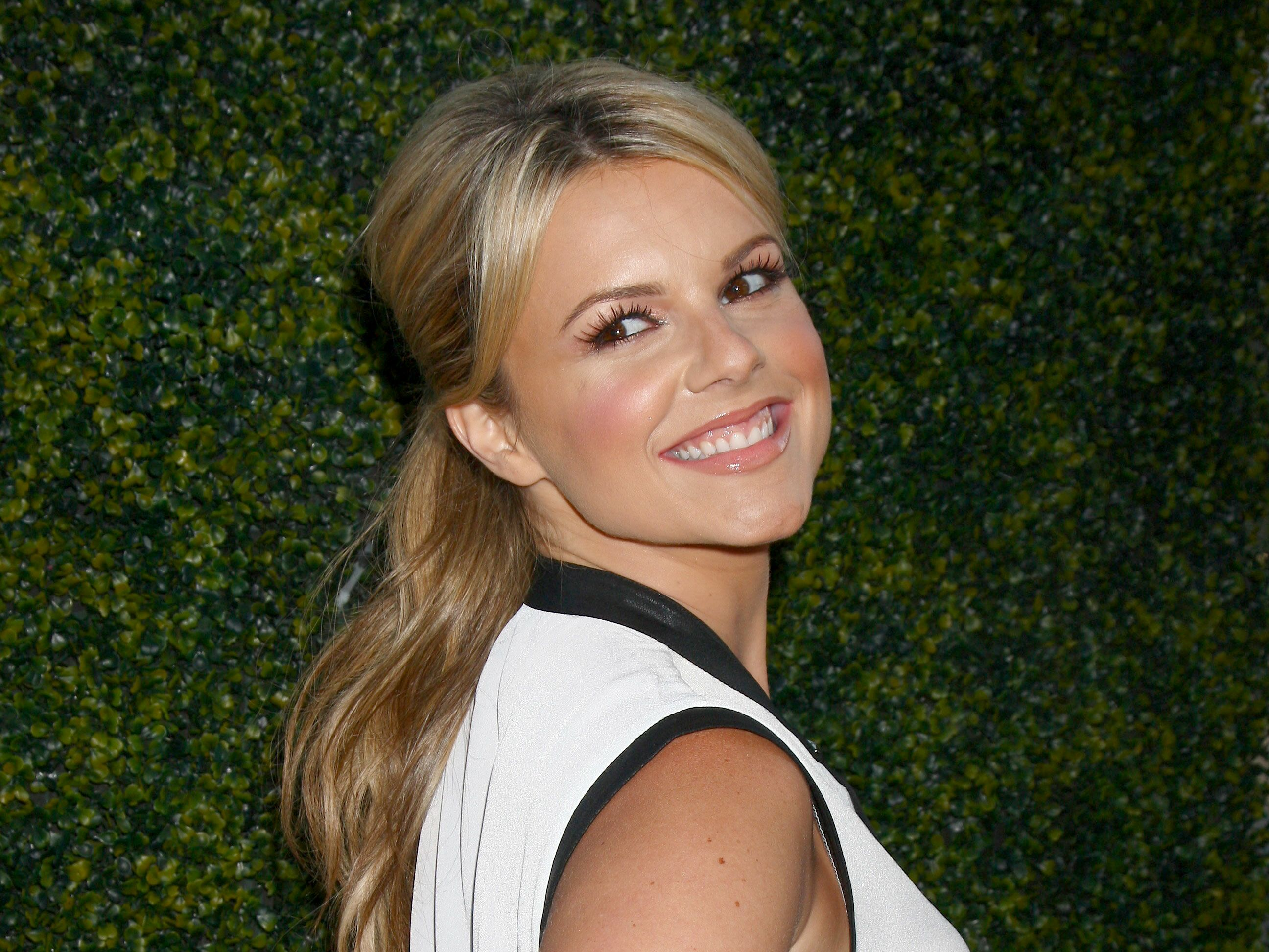 Ali Fedotowsky shows off her engagement ring