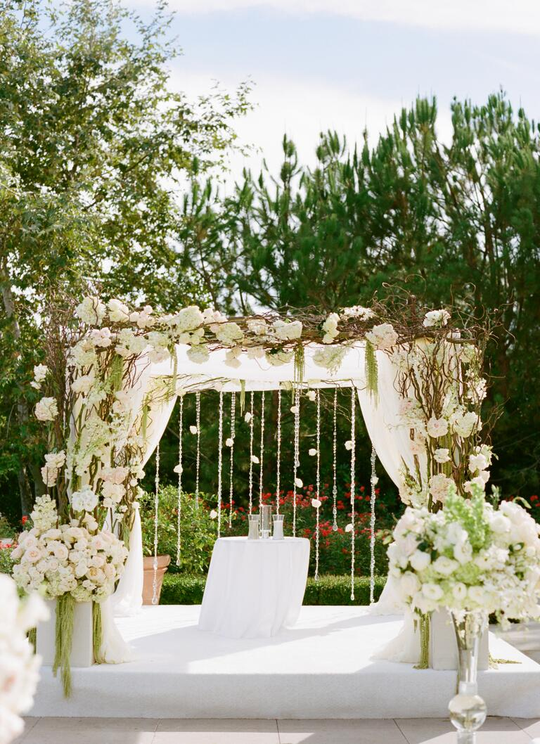 26 prettiest wedding flower ideas ever no really nest for Decorating a trellis for a wedding