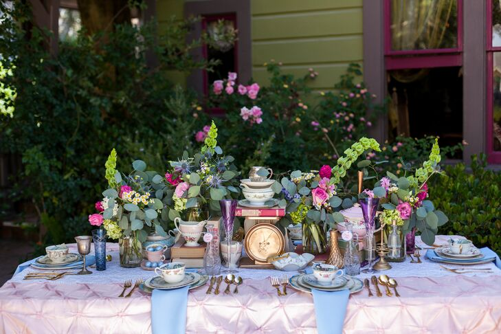 Colorful Dining Table Centerpieces: Colorful Dining Table With Vintage Decorations