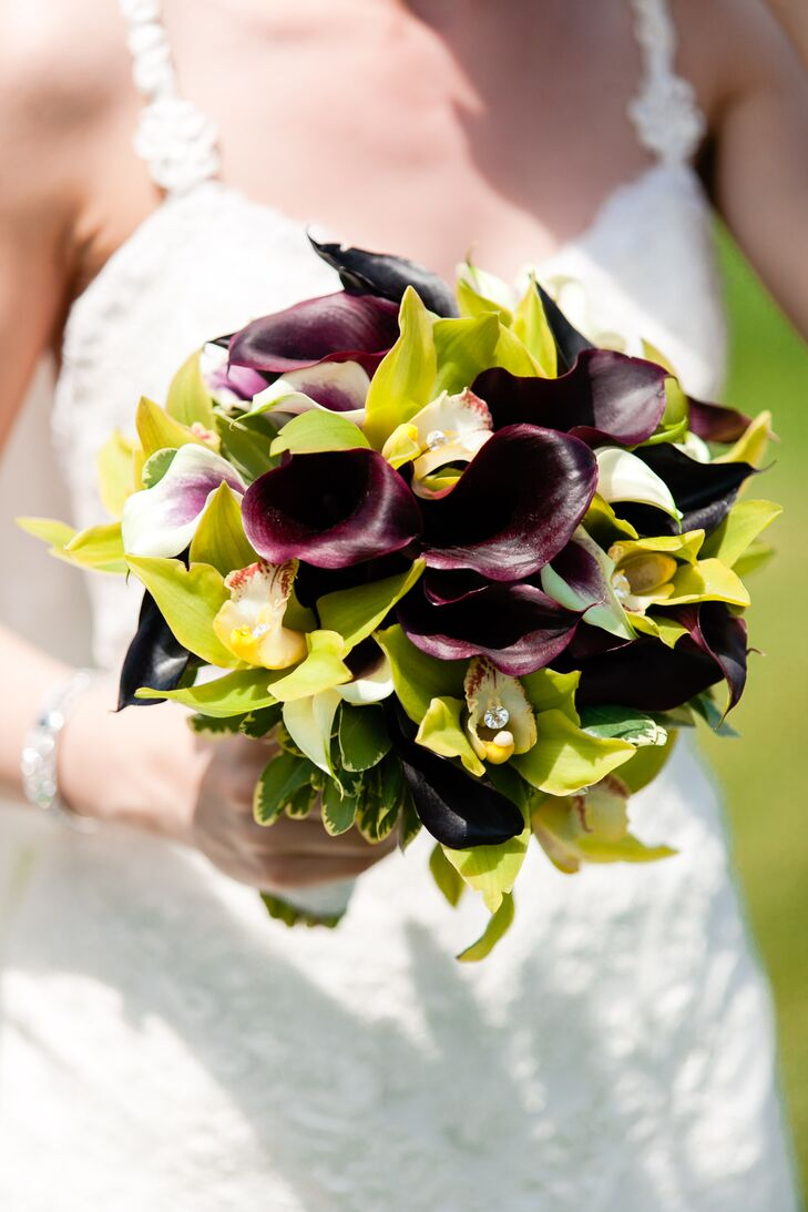 Yelena carried a dark purple bouquet with calla lilies and orchids.