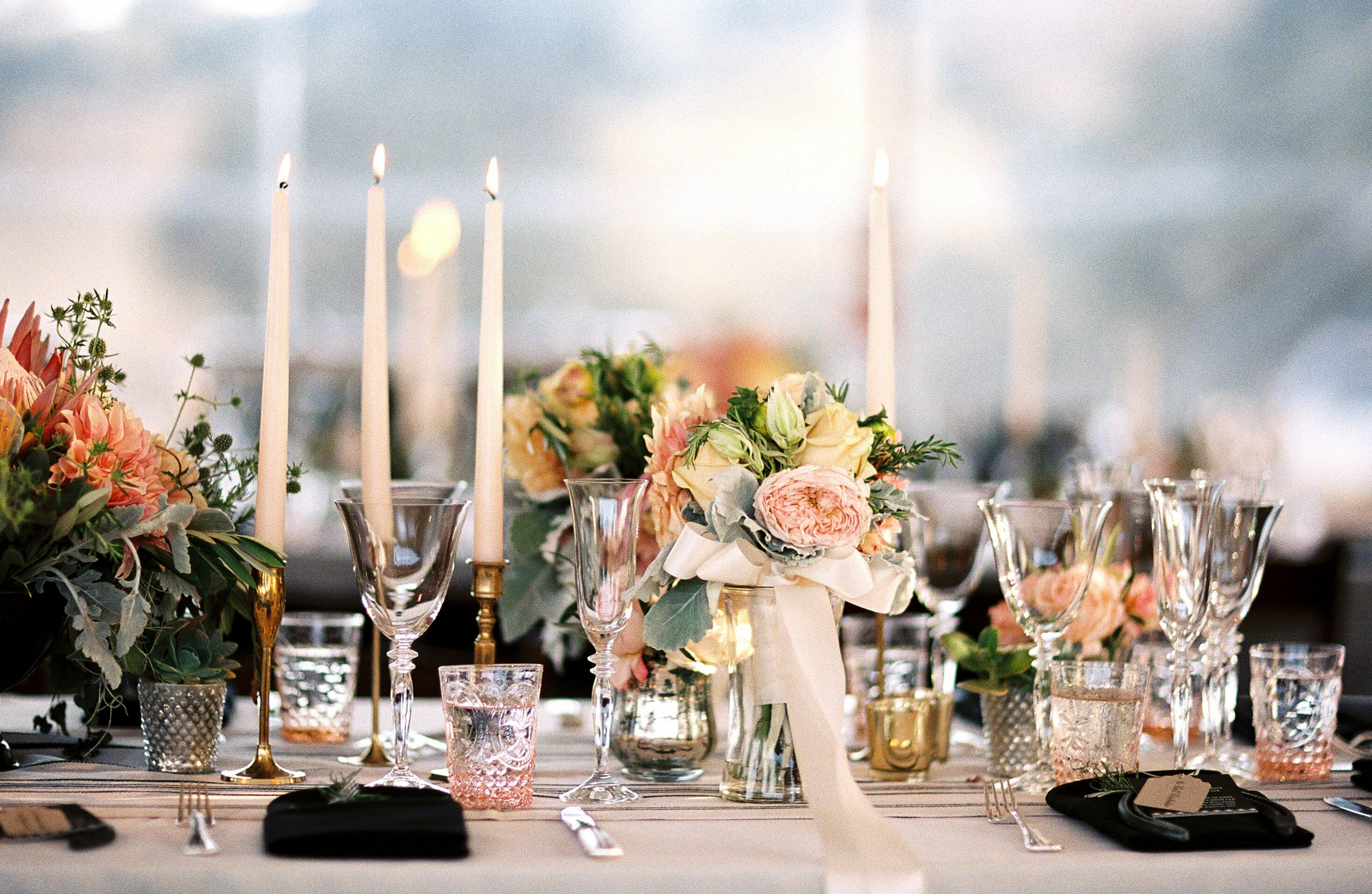 под столом на свадьбе куртки