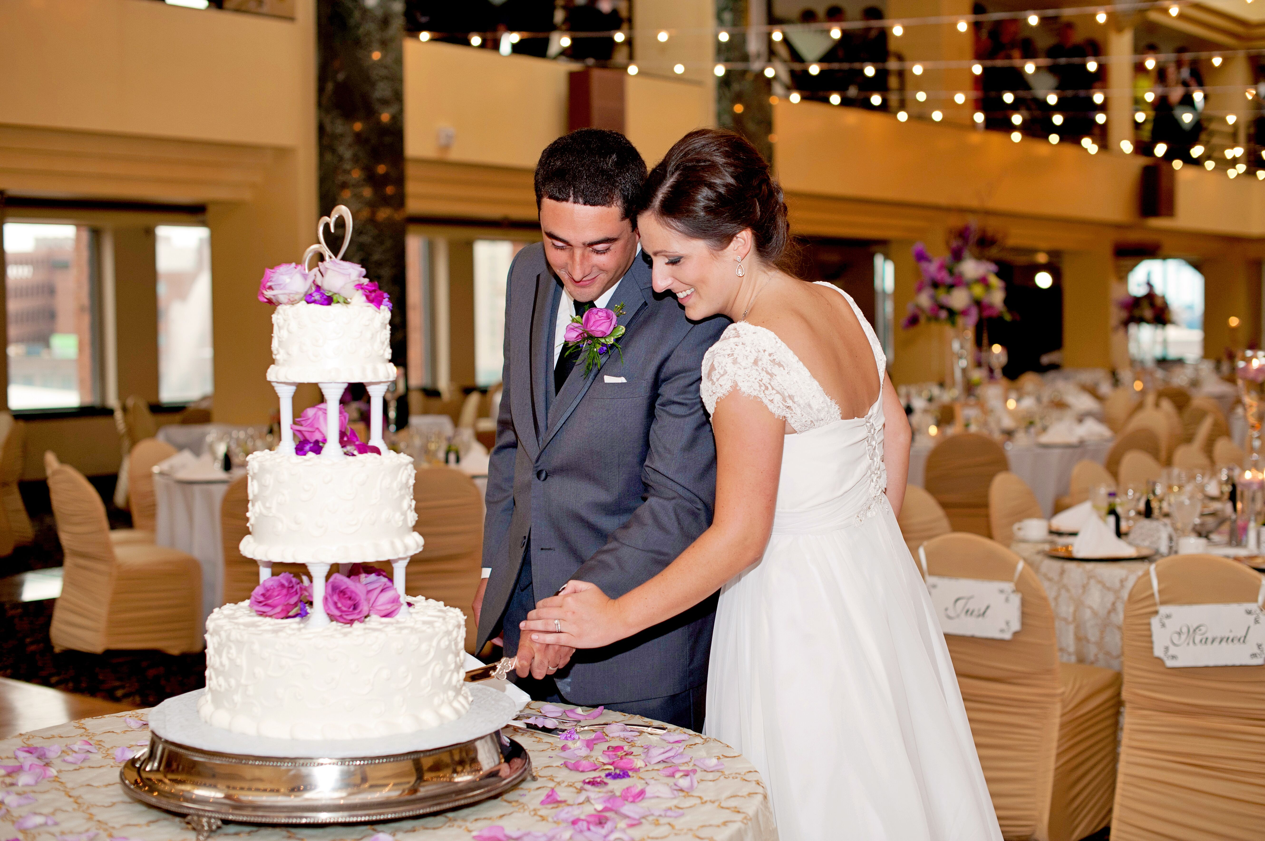 how to cut a three tier wedding cake cutting the tiered white wedding cake with pillars and 15625