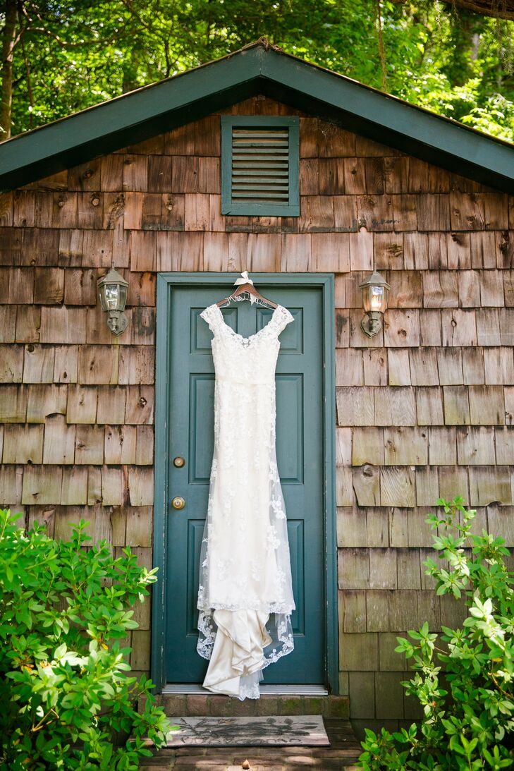Carly donned a vintage-inspired Sincerity lace gown that she purchased from Bridal Collection in Ellicott City, Maryland.
