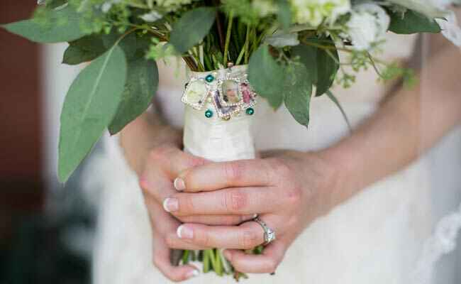 Ways to honor deceased loved ones at your wedding: Kristin Sweeting / TheKnot.com