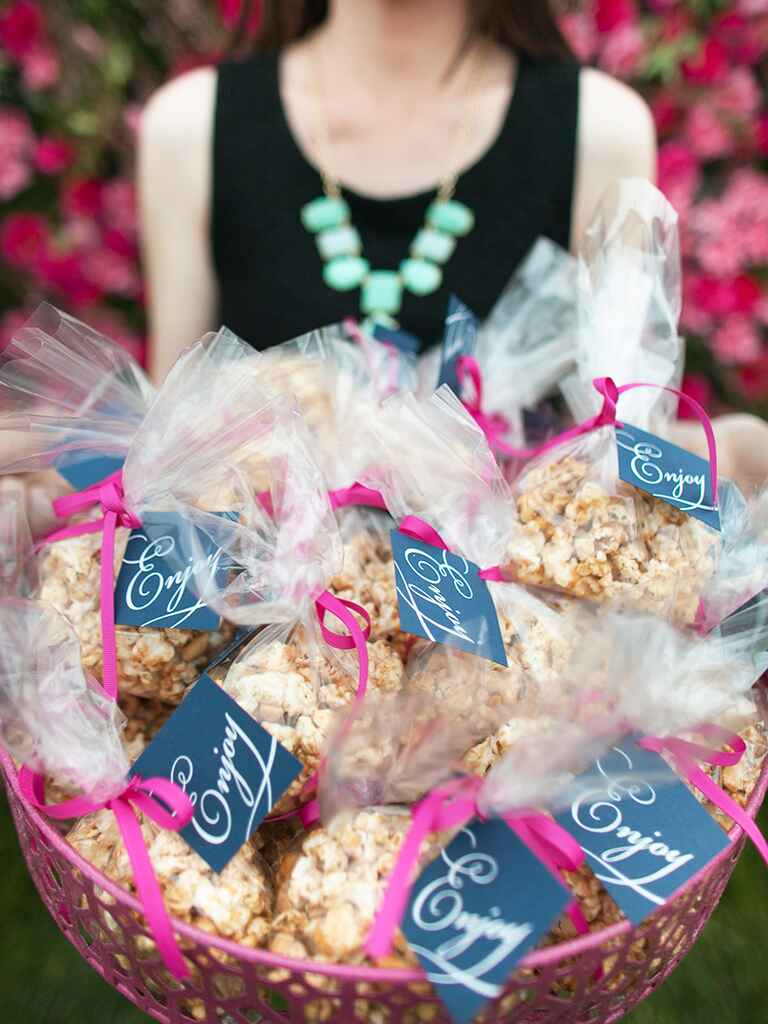 Cute popcorn wedding favor idea