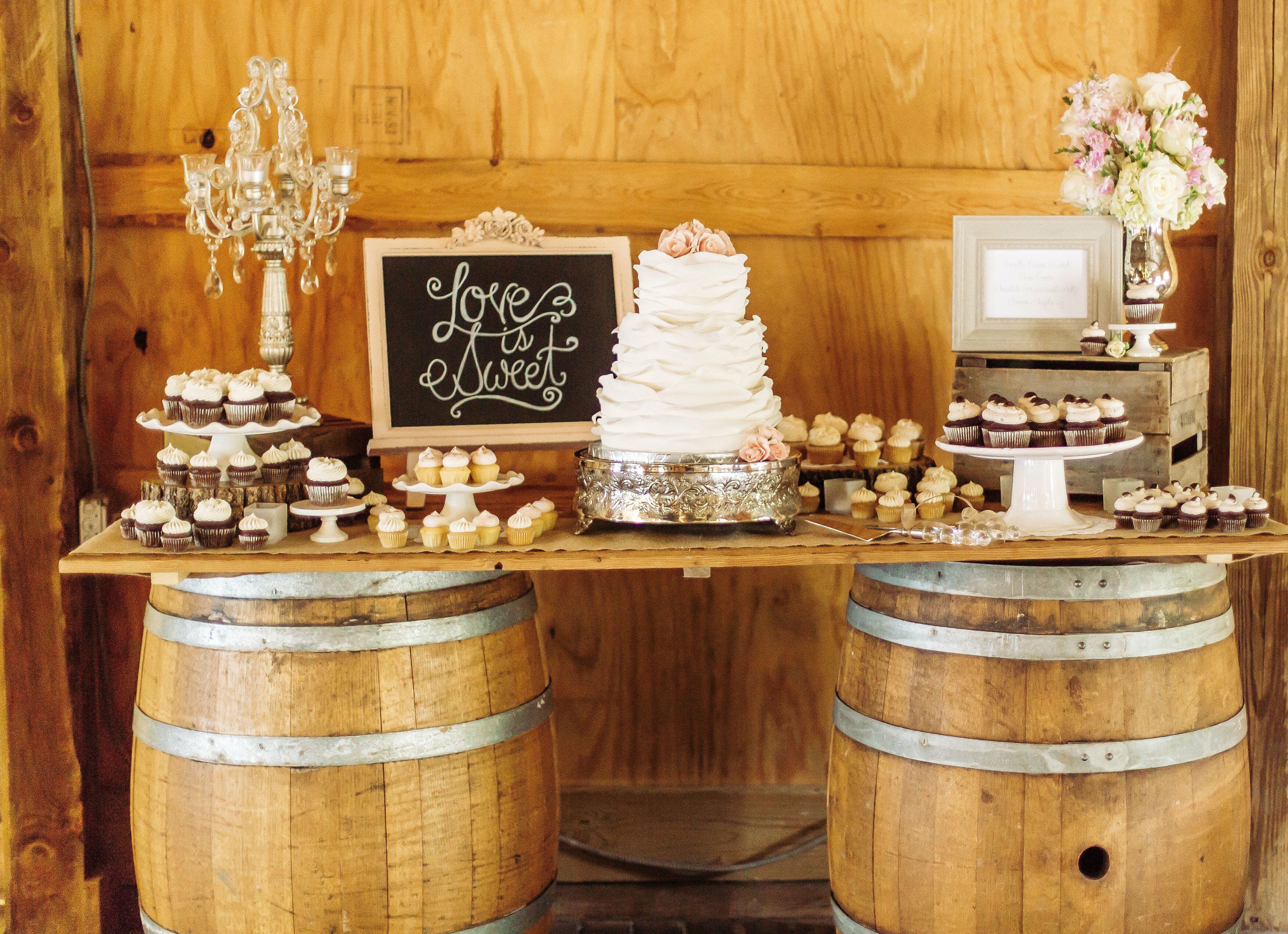 pictures of rustic wedding cake tables rustic dessert table with cupcakes and wedding cake 18430