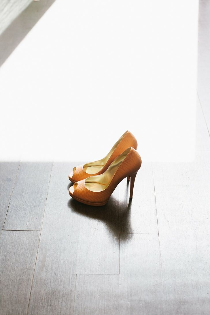 Nicole wore light orange snakeskin heels.