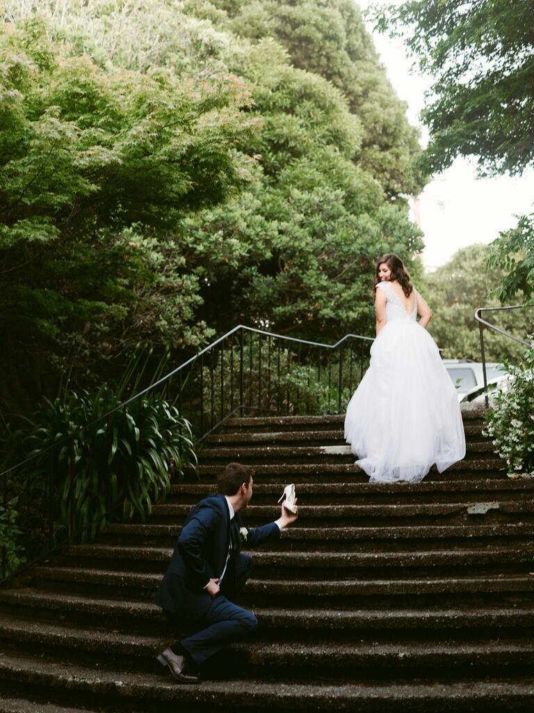 新娘和新郎与失去的拖鞋在台阶