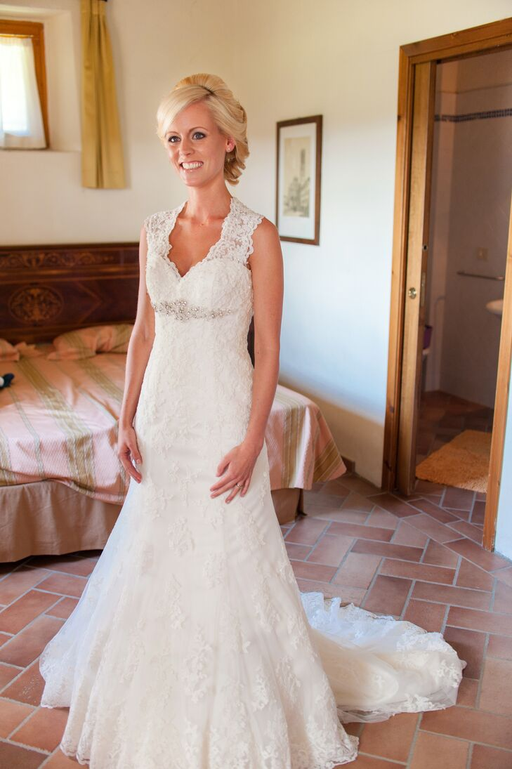 Marleen wore an ivory laced wedding dress accented with beads on the front, which was made by Italian designer Nicole Spose.