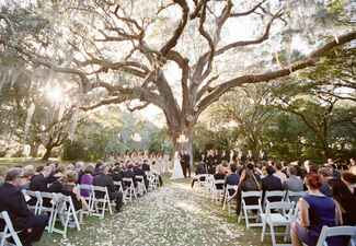 Ways to honor deceased loved ones at your wedding: STUDIO 1250 / TheKnot.com
