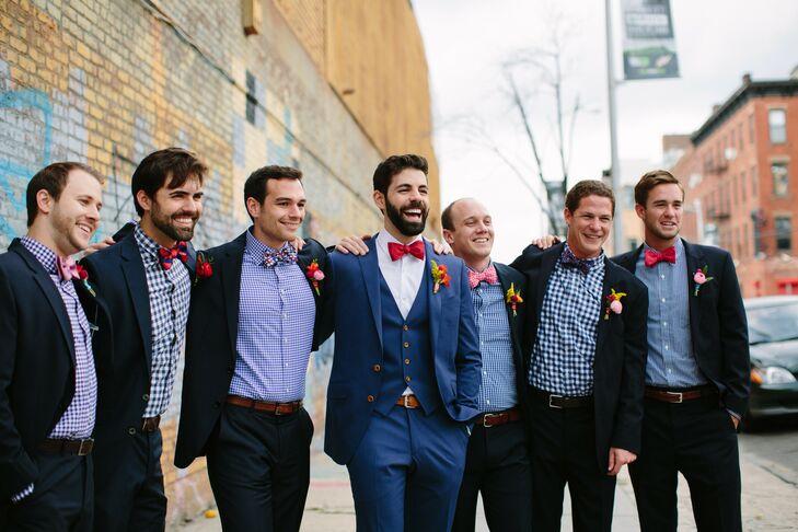 Noivo com terno azul e gravata borboleta vermelha. Padrinhos com camisa xadrez e gravata borboleta