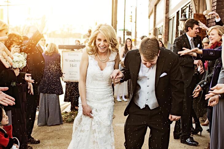 Noiva e noivo grande saída foto com arroz branco