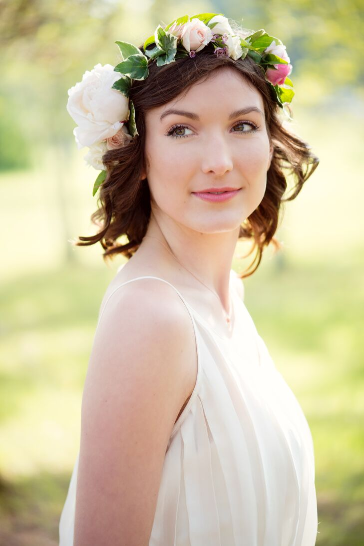 Short curly hairstyle with bohemian floral crown izmirmasajfo
