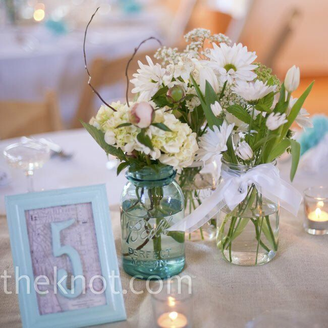 Mason jar centerpieces for Bouquet de fleurs centre de table