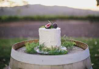 simple fig wedding cake |<img class=