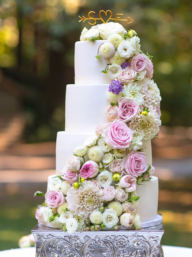putting fresh flowers on a wedding cake how to put flowers on a wedding cake wedding ideas 18930