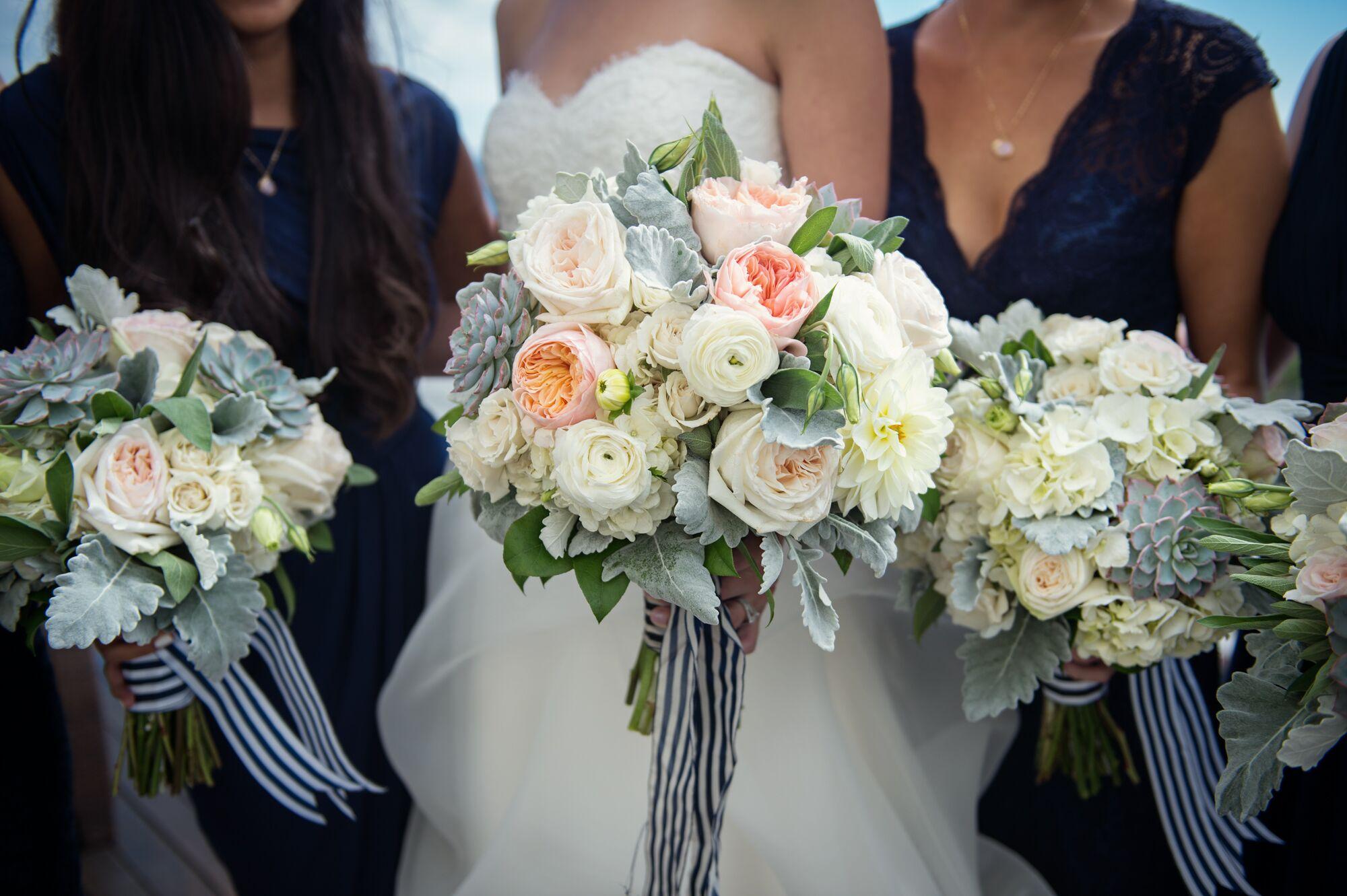 Букет на свадьбу день ночь, красивым букетом цветов