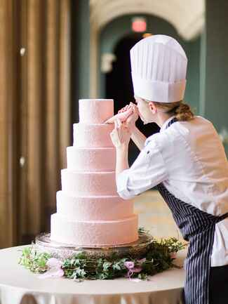 Tips for decorating your wedding cake table