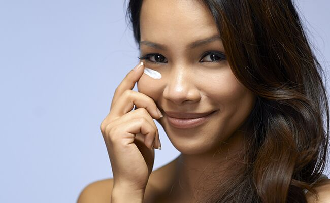 Skin Guru Sonya Dakar Shares a DIY Eye De-Puffer Treatment