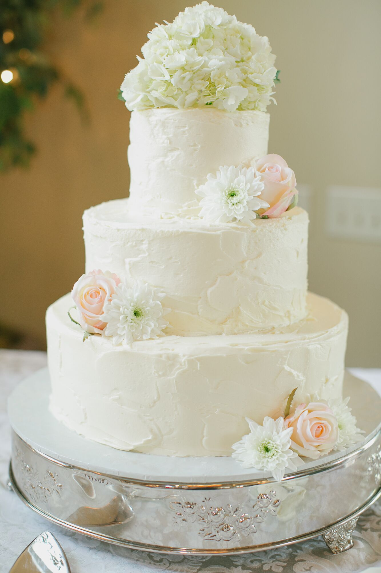 white flowers on wedding cake simple all white wedding cake with fresh flowers 27281