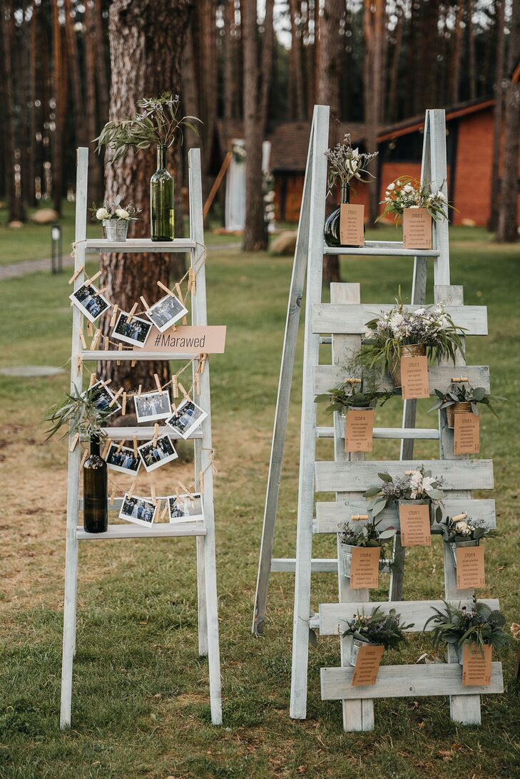 A seating chart was creatively displayed using potted plants and rustic shelving.