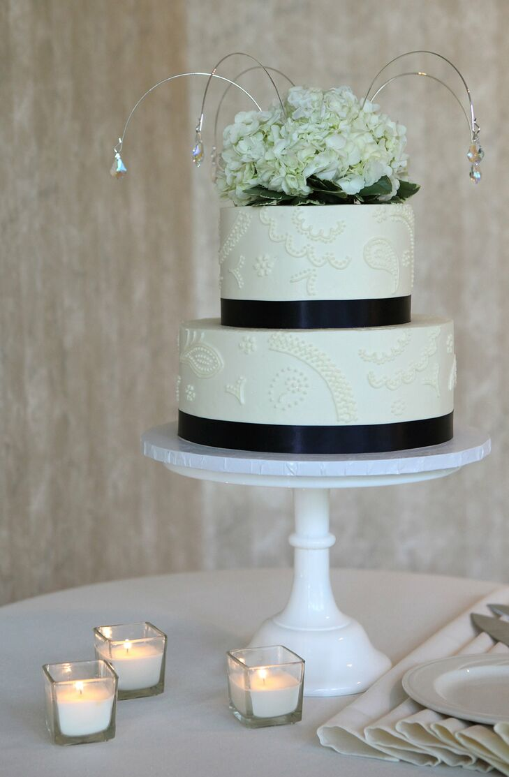 Navy blue and white wedding cake for Blue and white weddings