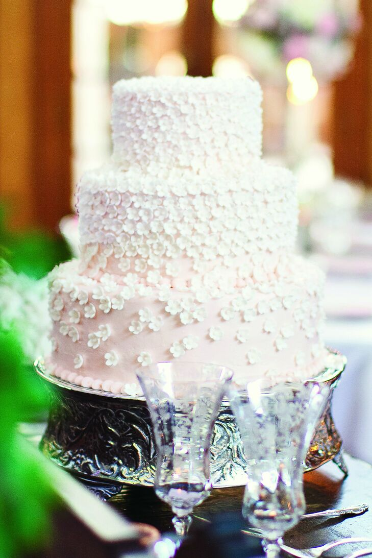 Choosing A Wedding Cake Is Big Deal Flavors Fillings Frosting And Decorations Must All Be Carefully Considered Along With Things Such As Venue