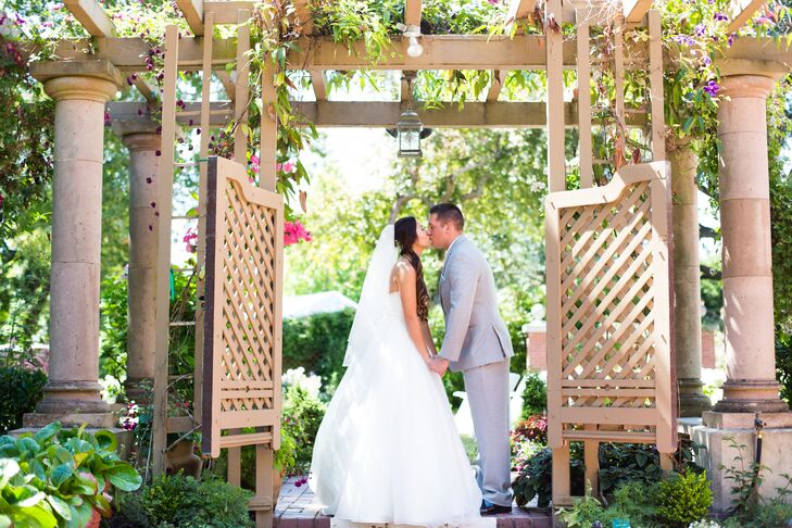 The surrounding gardens at the historic Lairmont Manor in Bellingham, Washington, set the perfect tone for this elegant outdoor
