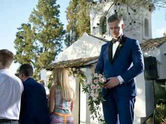 Ryan Serhant with bouquet
