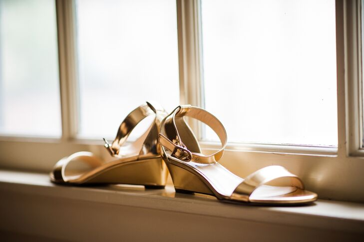 Gold sandal wedges added a touch of glam to Lori's style.