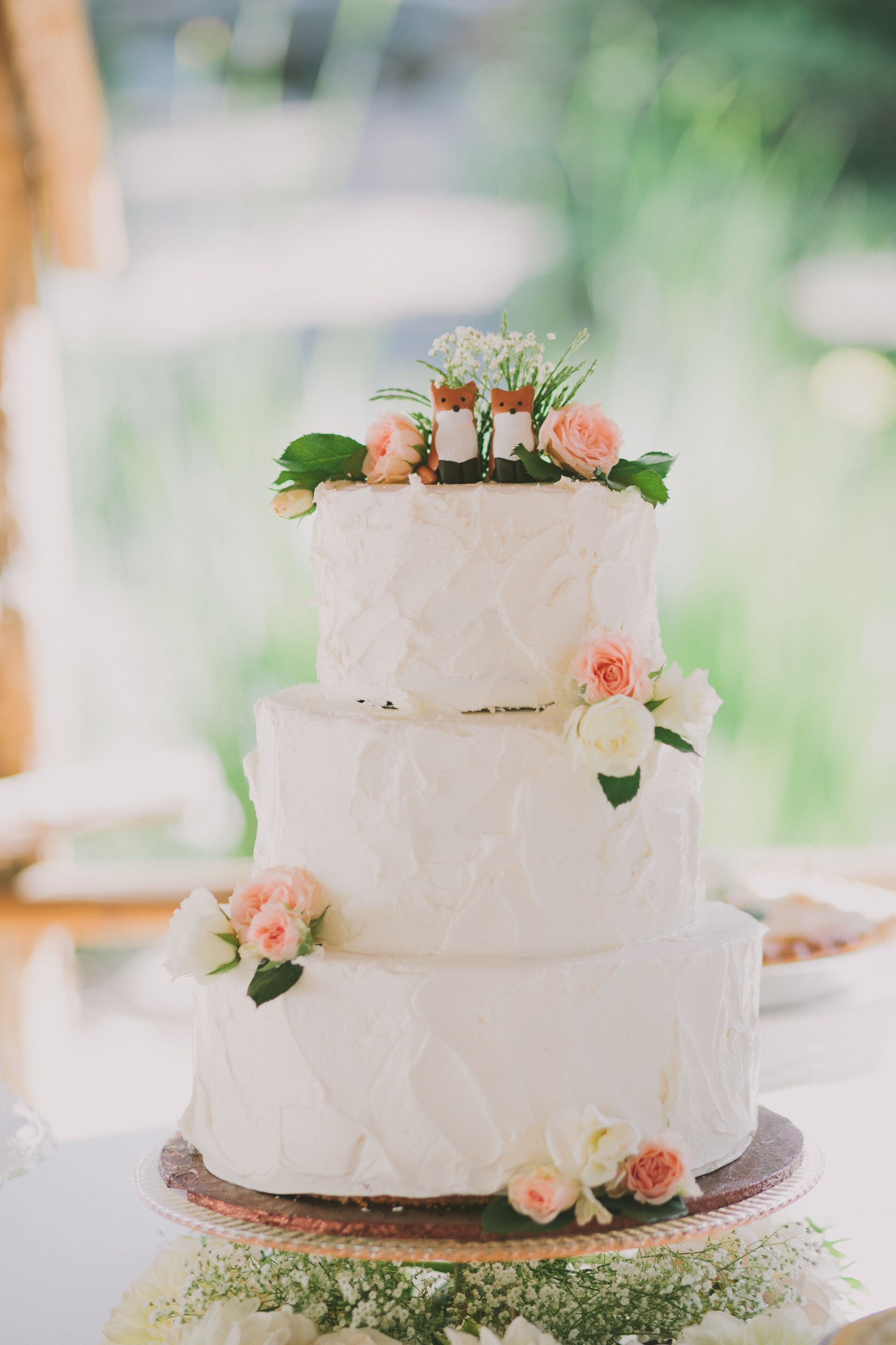 wedding cake images rustic rustic white wedding cake topped with foxes 22954