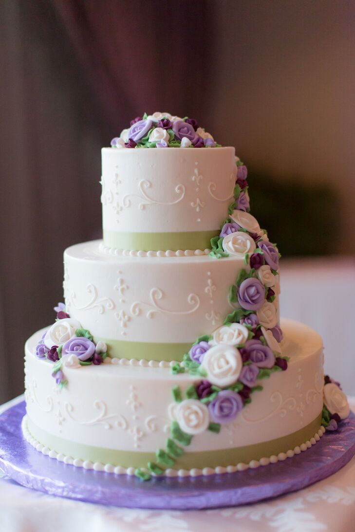 white wedding cakes with purple flowers white wedding cake with purple sugar flowers 27396