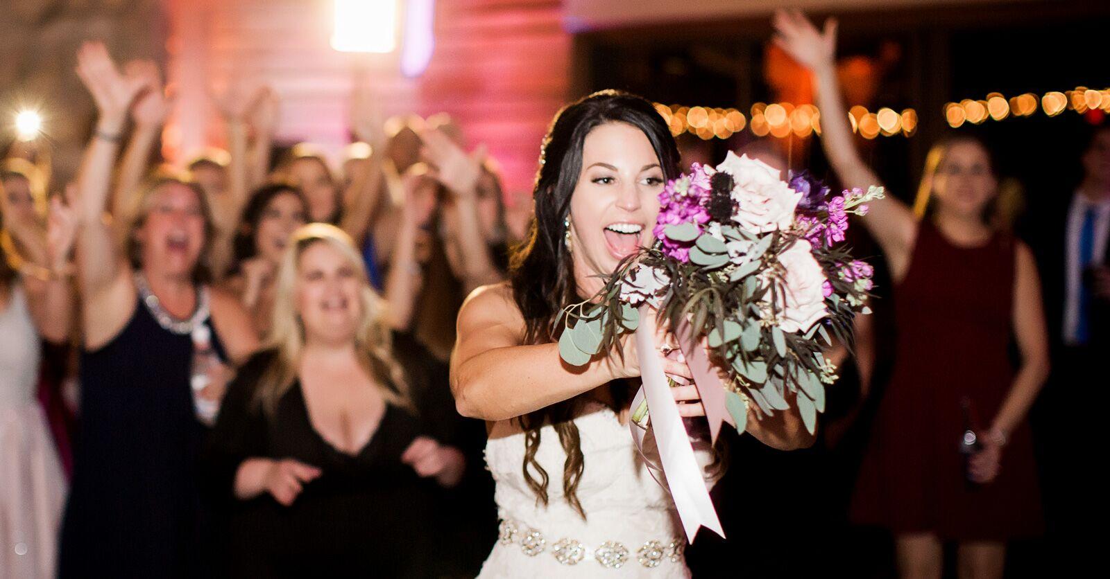 Чей букет бросает невеста свадьбе