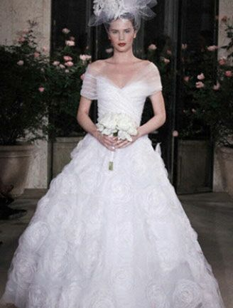 Anne hathaways wedding dress look alikes oscar de la renta off the shoulder ballgown monique lhuillier tulle overlay gown details on anne hathaways wedding junglespirit Gallery