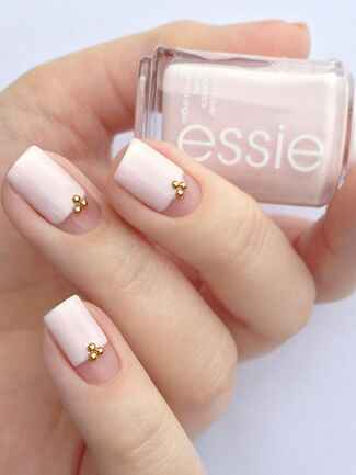 The perfect blush pink bridal mani with gold caviar beads