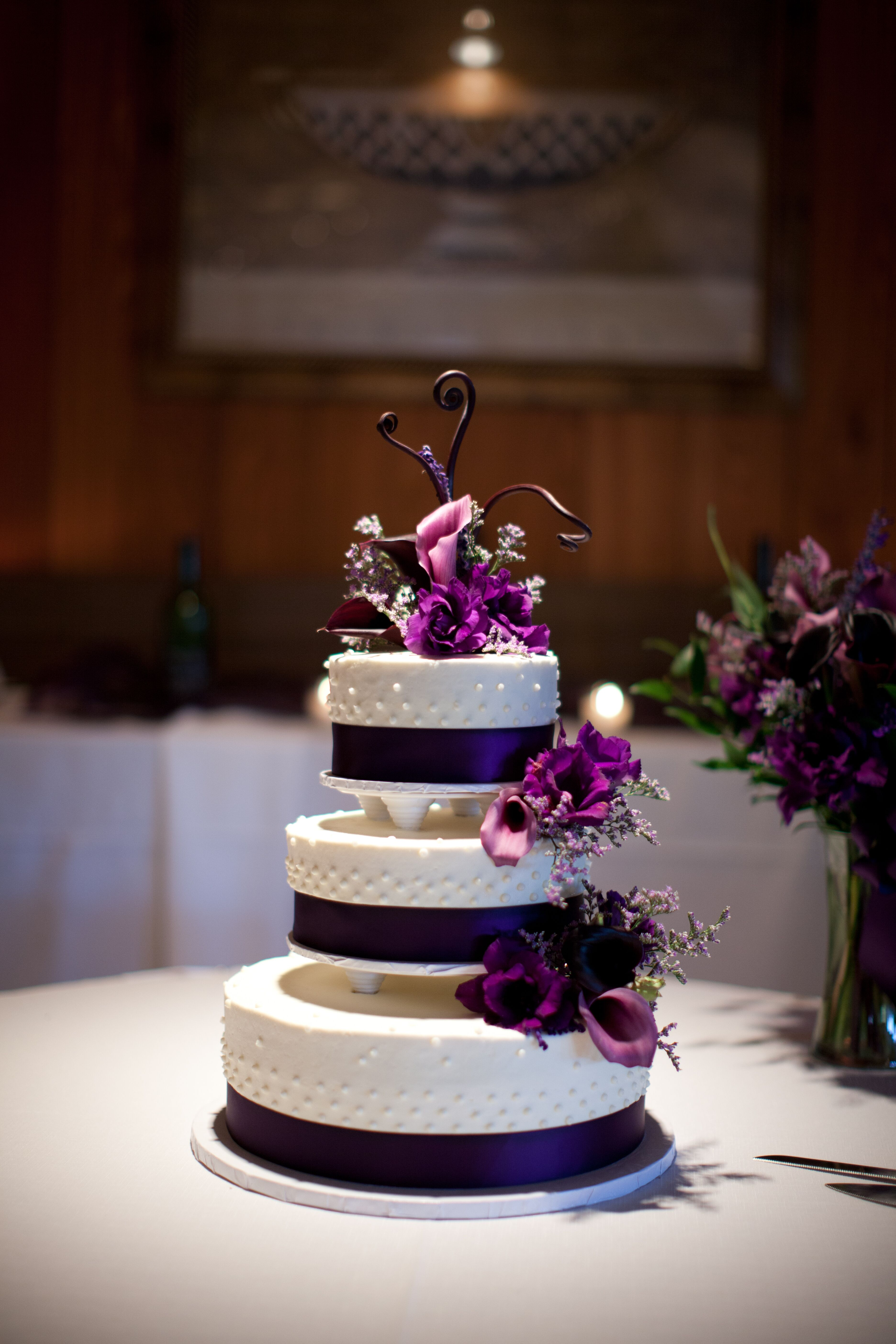 wedding cake with purple calla lilies black and white wedding cake with purple calla lilies 26945